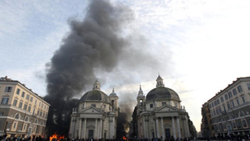Humo tras la Plaza del Pueblo de Roma, en Italia