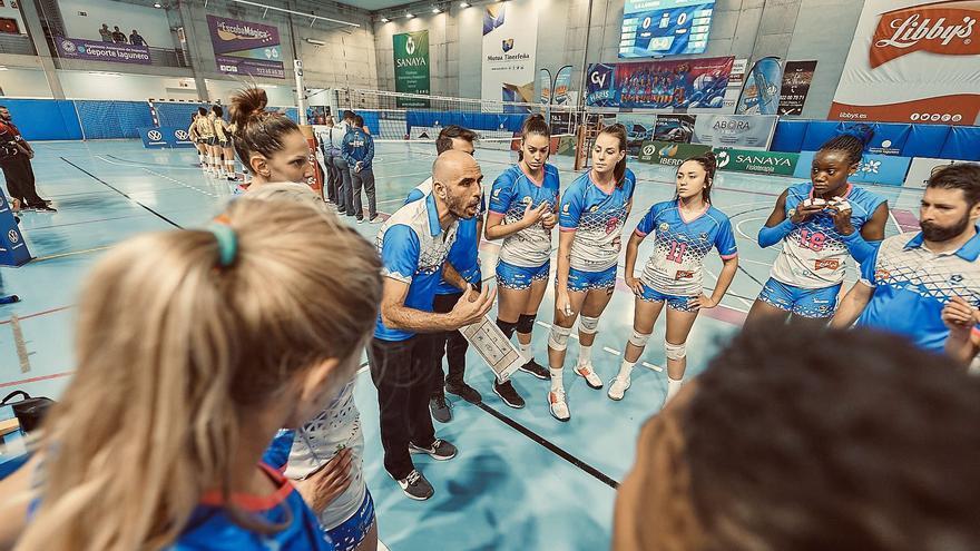 Juan Diego García alienta a sus jugadoras antes de la Copa de la Reina