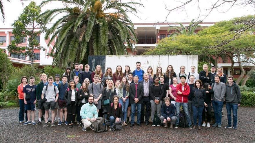 El consejero de Agricultura, Ganadería, Pesca y Aguas, Narvay Quintero, junto a un grupo de unos 50 estudiantes y docentes de la Universidad de York