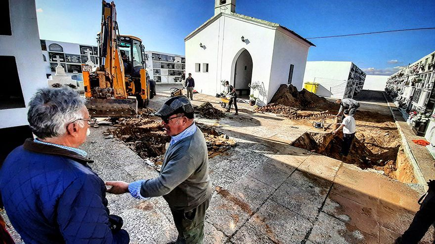 Trabajos de búsqueda de fosas de los 'cien de Almonte' en el cementerio de Hinojos (Huelva).   JUAN MIGUEL BAQUERO