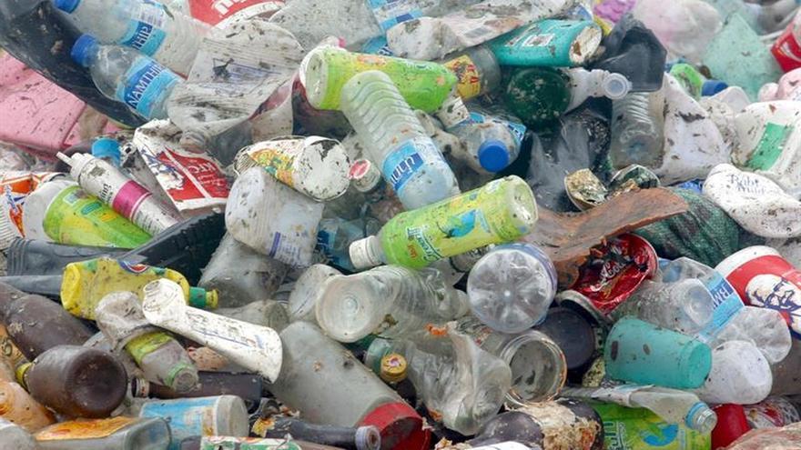 Más de 40 compañías británicas acuerdan reducir el consumo de plástico en 7 años