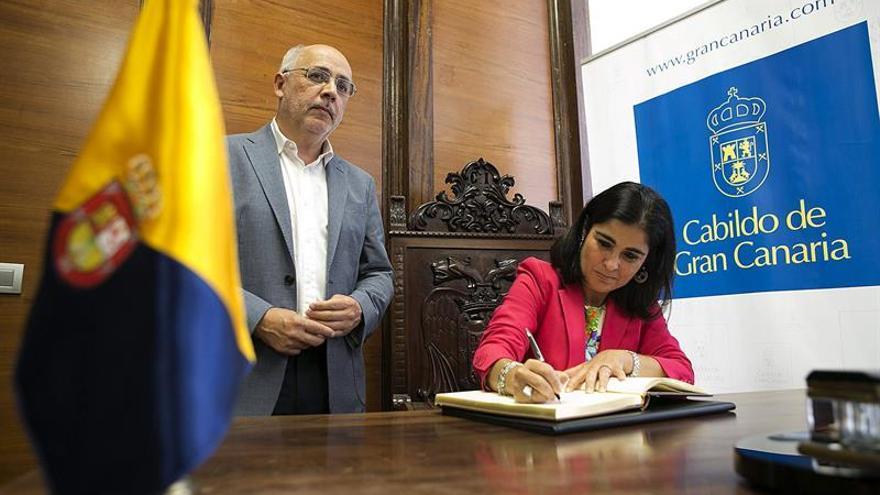 La presidenta del Parlamento de Canarias, Carolina Darias, en una visita al presidente del Cabildo de Gran Canaria, Antonio Morales, en la Casa Palacio. (EFE/Quique Curbelo)