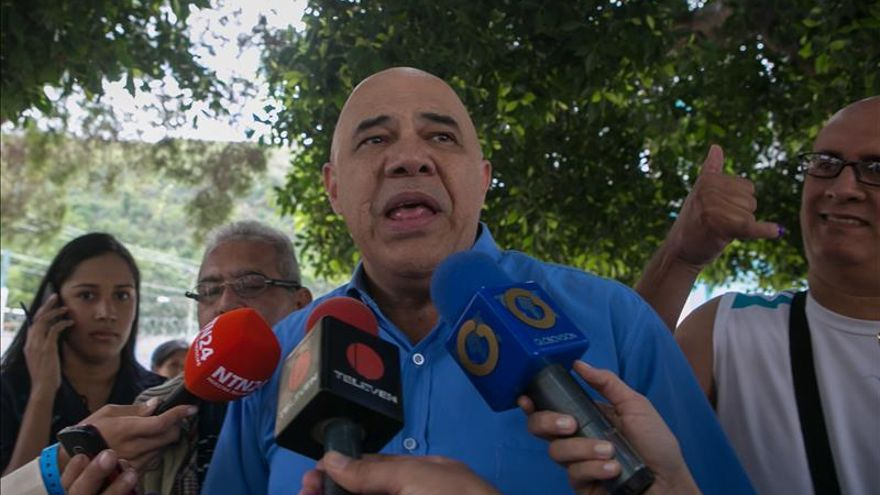 Los diputados electos venezolanos Enrique Márquez (i) y Delsa Solorzano (2i), junto a Jesús Torrealba (2d), secretario ejecutivo de la MUD