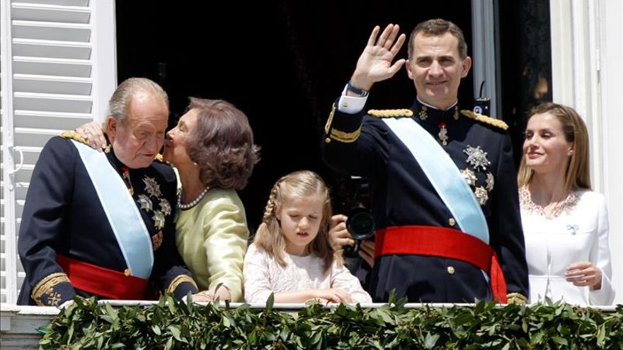 El rey Felipe VI, junto al resto de la familia real, el día de su coronación
