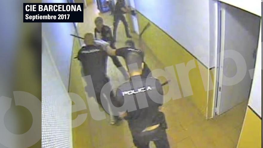 Varios agentes durante la intervención policial en el CIE
