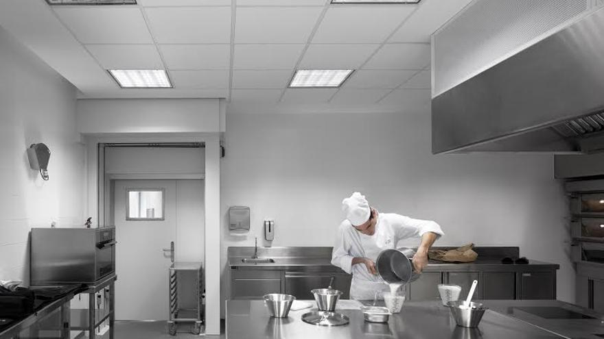 Un alumno en una de las cocinas del Basque Culinary Center