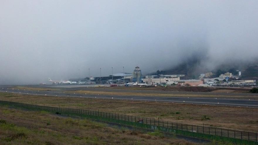 Imagen del Aeropuerto Tenerife Norte envuelto en parte por la niebla. (ACANMET)
