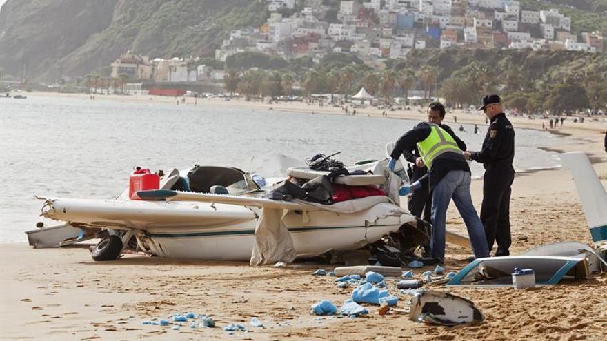 Tres ocupantes de avioneta, heridos en aterrizaje forzoso en playa Tenerife