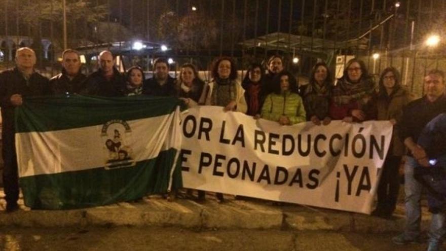 Alcaldes socialistas realizan una vigilia frente a la Moncloa para exigir a Rajoy la rebaja de peonadas
