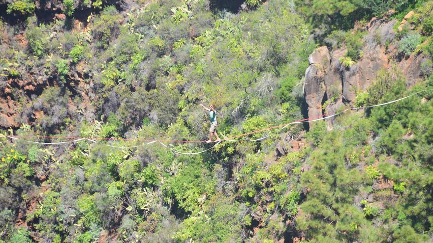 En la imagen, el acróbata cruzando el barranco de Izcagua sobre una cuerda.