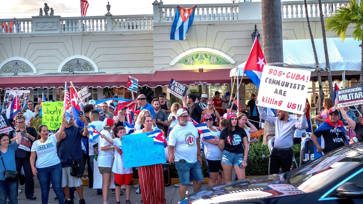 Cubano-americanos participan en una manifestación para mostrar apoyo a los manifestantes en Cuba, en Miami, Florida, Estados Unidos