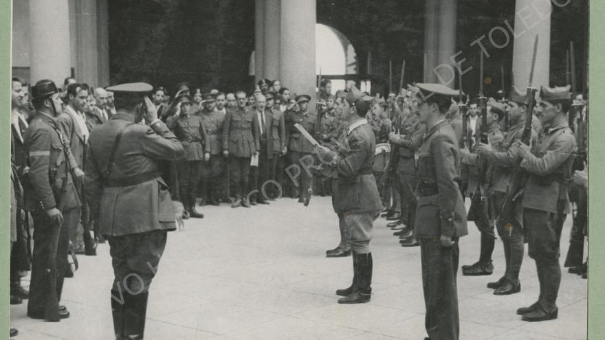 Declaración del Estado del Estado de Guerra en el patio del Alcázar. Toledo, 18 de julio de 1936