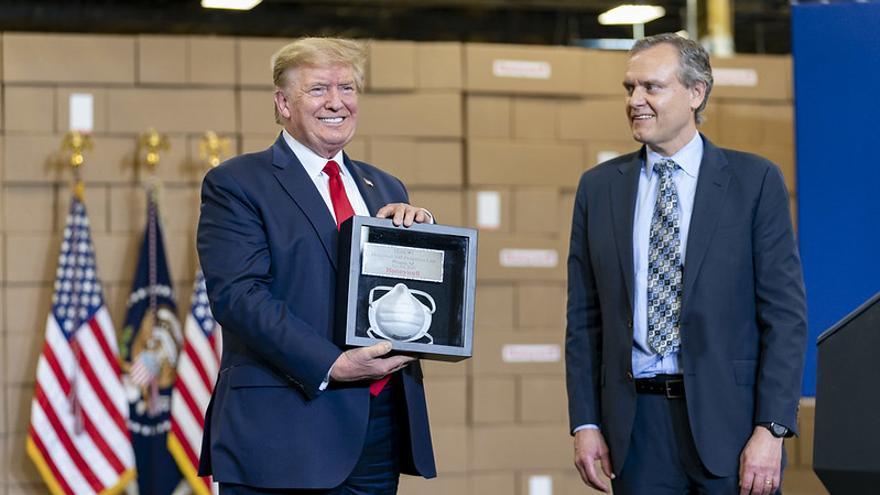 Donald Trump, durante una visita a una fábrica de producción de mascarillas.