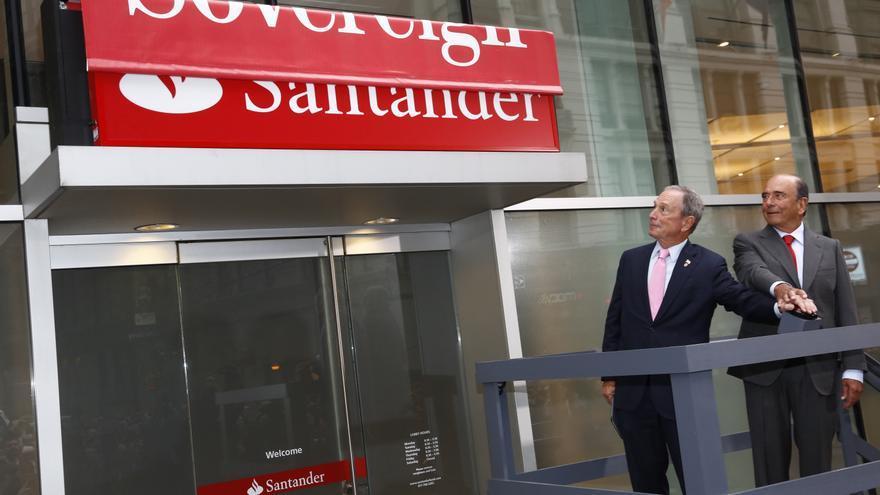 El fallecido Emilio Botín y Michael Bloomberg, alcalde de Nueva York, presentan la marca Santander Bank en octubre de 2013. Foto: Santander