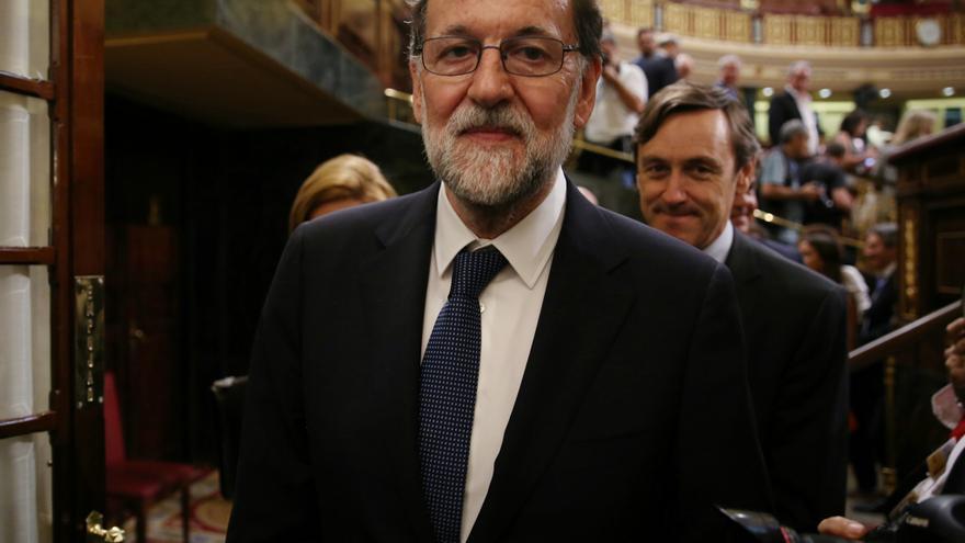 Mariano Rajoy, seguido por el portavoz del PP Rafael Hernando, a su salida del hemiciclo del Congreso tras la moción de censura de Unidos Podemos contra el Gobierno.