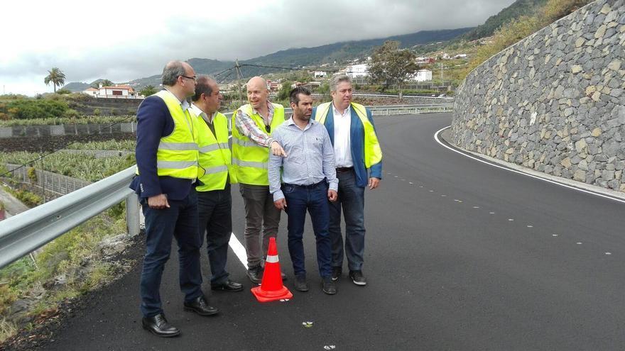 El presidente y vicepresidente de Cabildo de La Palma, Anselmo Pestana y José Luis Perestelo (primero y segundo por la izq.) y el consejero de Infraestructuras, Jorge González (d), con dos técnicos.