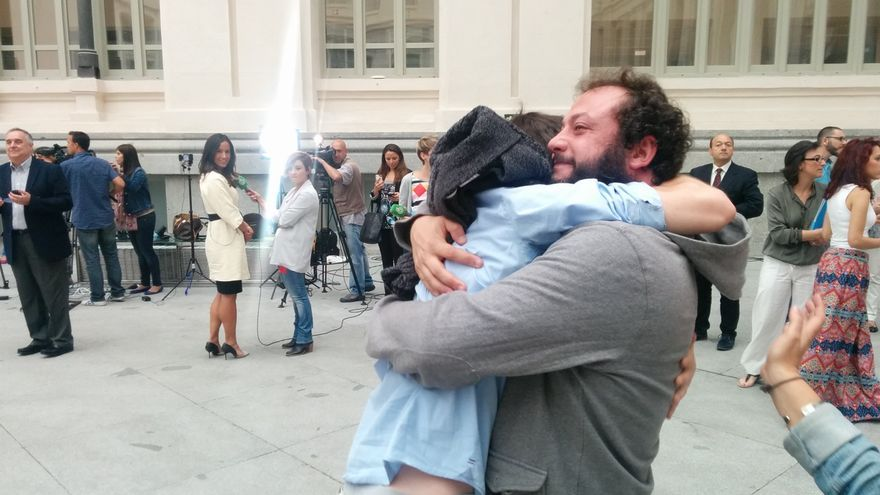 El concejal de Ahora Madrid, Guillermo Zapata, celebra la investidura de Mauela Carmena. / A.R.