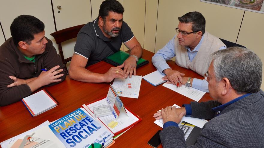 El concejal de Urbanismo de Las Palmas de Gran Canaria, Javier Doreste durante la reunión mantenida con los representantes de la asociación de vecinos Platamaraceite.