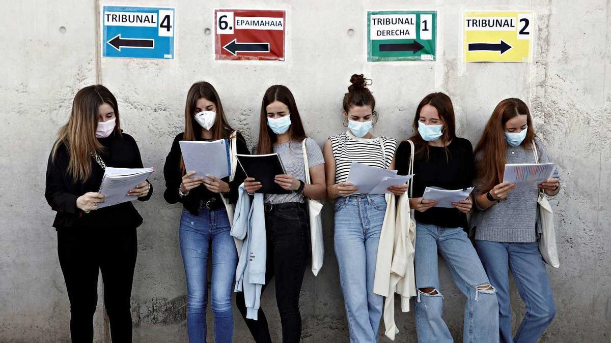 Un grupo de estudiantes repasa antes de comenzar sus exámenes en Navarra JESÚS DIGES / EFE