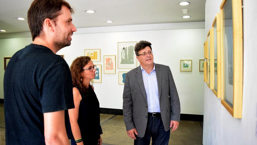 José Carlos Acha, concejal de Cultura en Santa Cruz, junto a algunos artistas este lunes