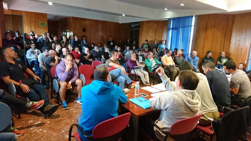 Los trabajadores del Consorcio de Bomberos, durante la asamblea celebrada este jueves