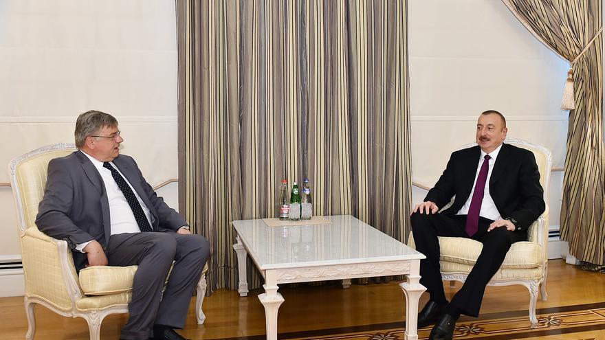 El eurodiputado Kosma Zlotovsky y el presidente de Azerbaiyán, Ilham Aliyev.