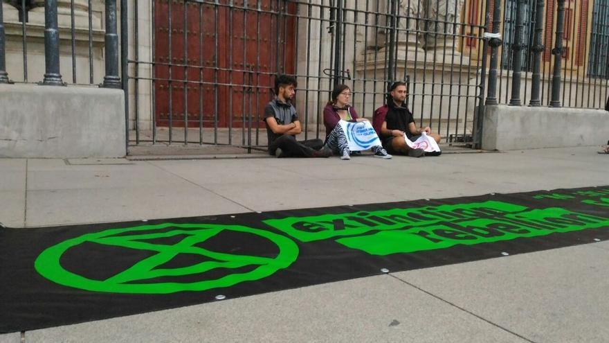 """Activistas se encadenan a las puertas del Palacio de San Telmo para exigir """"justicia climática"""""""