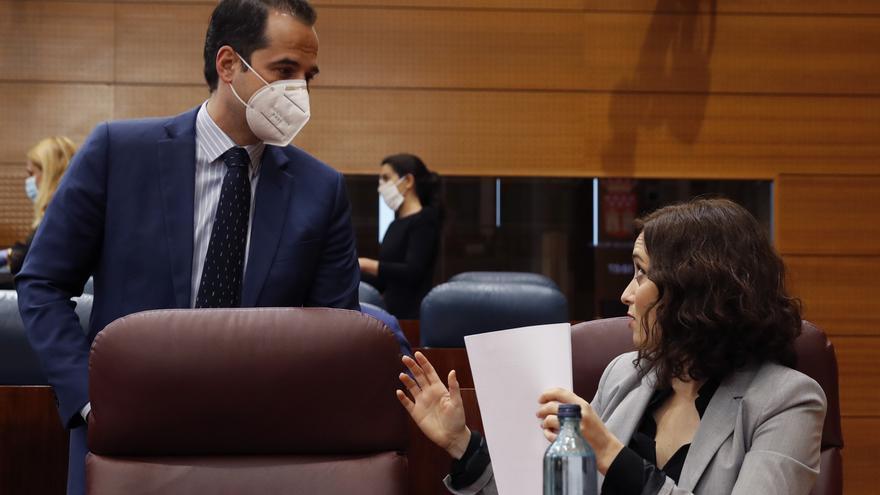 La presidenta de la Comunidad de Madrid, Isabel Díaz Ayuso (d) conversa con el vicepresidente de la Comunidad, Ignacio Aguado (i) antes del comienzo de pleno en la Asamblea de Madrid este miércoles con un único punto del orden del día, la comparecencia de Ayuso para informar sobre la pandemia del coronavirus, en Madrid (España), a 29 de abril de 2020.