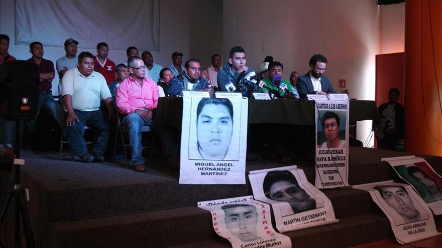 Padres de 43 jóvenes dicen que Gobierno mexicano les negó acceso a cuarteles