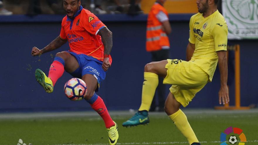 El Jugador de la UD Las Palmas, Michel Macedo, disputando un balón en el encuentro frente al Villarreal en El Madrigal.