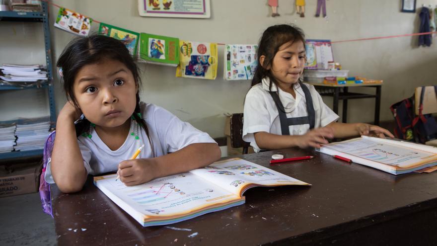 Perú. La escuela de Conoden, un municipio rural, registra unas altas tasas de abandono escolar, sobre todo en el caso de los adolescentes que dejan las aulas para ir a trabajar al campo con su familia. Allí trabajamos en la formación del profesorado y en la captación y reingreso de los niños en la escuela. (Salva Campillo/AEA)
