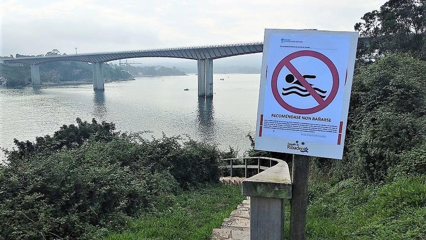 Un cartel recomienda no bañarse en una playa de Ribadeo
