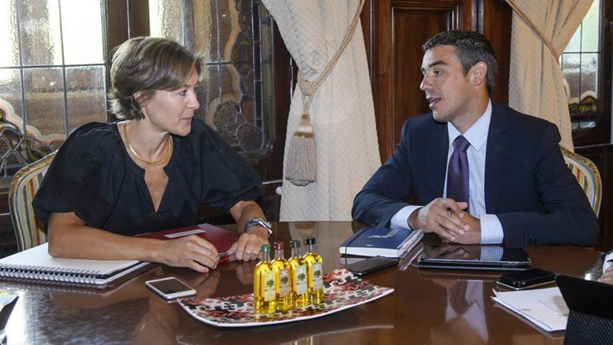 La ministra de Agricultura, Alimentación y Medio Ambiente en funciones, Isabel García Tejerina, y el consejero del ramo de Canarias, Narvay Quintero.