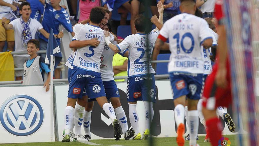 Los jugadores del CD Tenerife celebran el gol de Jorge Saenz frente al Getafe en el Heliodoro Rodríguez López.