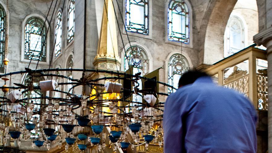 Un fiel reza en el interior de la Mezquita de Eyüp, en Estambul. VIAJAR AHORA