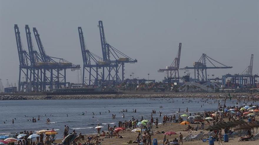 El 100 % de los estibadores sigue el segundo día de huelga del puerto de Valencia