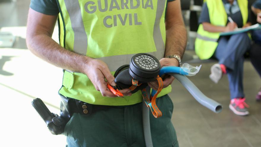 Un guardia muestra los utensilios que emplean los polizones del ferri