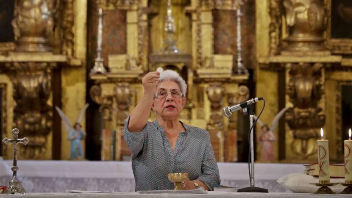 El Papa abre un pequeño hueco para las mujeres en el altar: podrán leer y  ayudar a dar la comunión