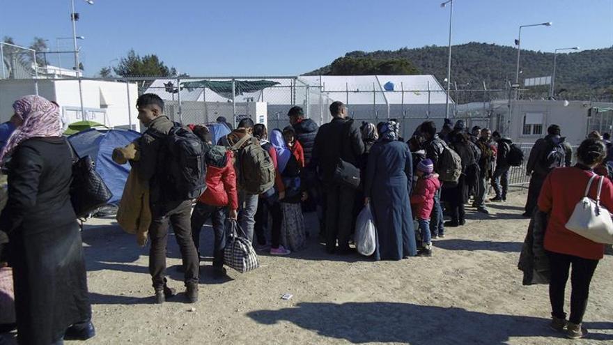 Cientos de refugiados quedan a la intemperie tras el fuego en el campo de Lesbos