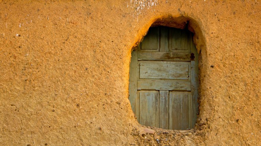 Detalle de una casa de adobe en la localidad de Reliegos. VA