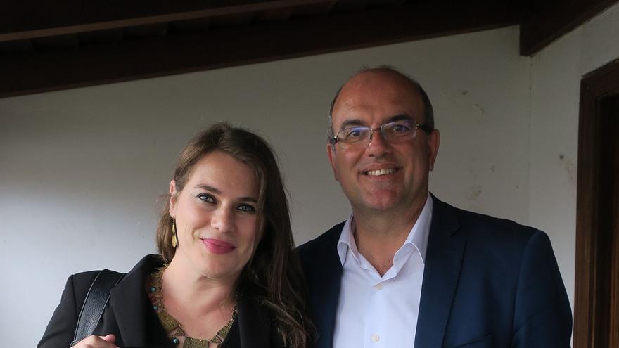 Milagros Álvarez con el presidente del Cabildo, Anselmo Pestana.