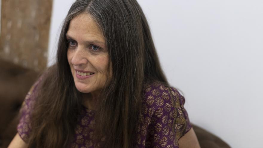Ouka Leele; poetisa, fotógrafa, pintora, hippie y vegana