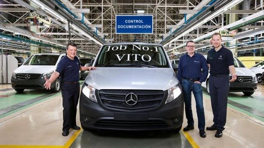 Emilio Titos, a la izquierda, con uno de los vehículos fabricados en Vitoria