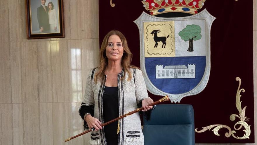 La nueva alcaldesa de La Oliva, Pilar Gonzalez, del PP Majo, posa con el bastón de mando municipal tras triunfar la moción de censura promovida contra Isaí Blanco, de Coalición Canaria-Asamblea Majorera, por varios grupos de la oposición