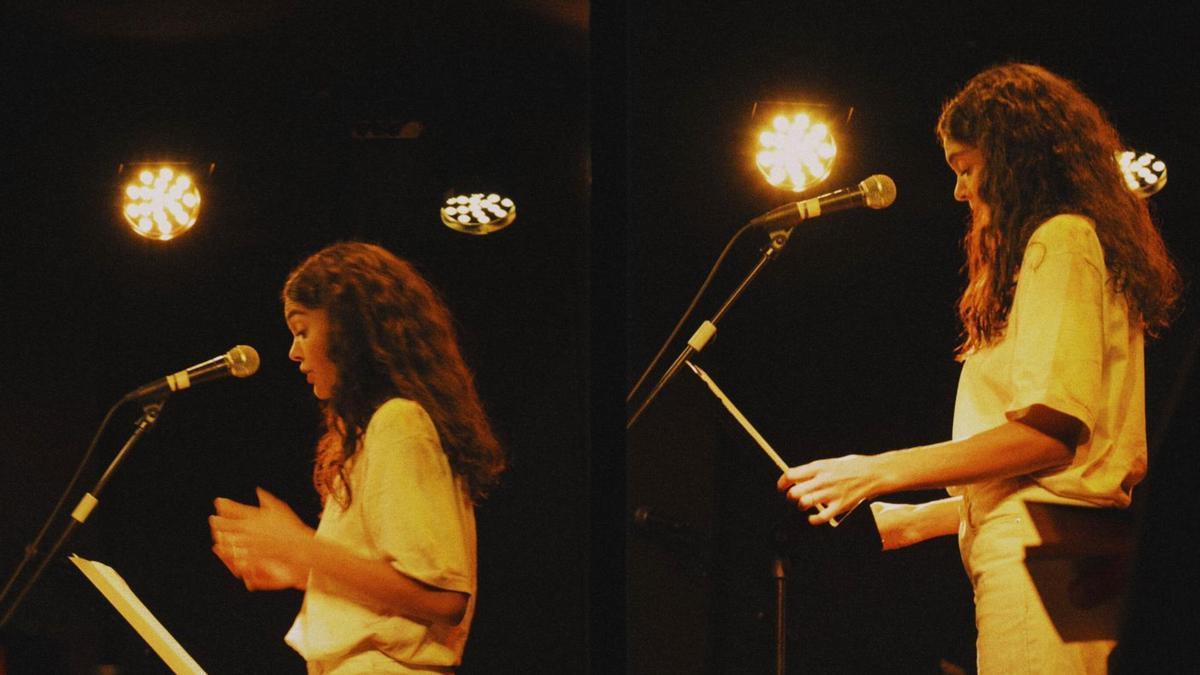 La actriz y creadora Ana Rujas en un micro abierto. Foto: Marina Kaysen.