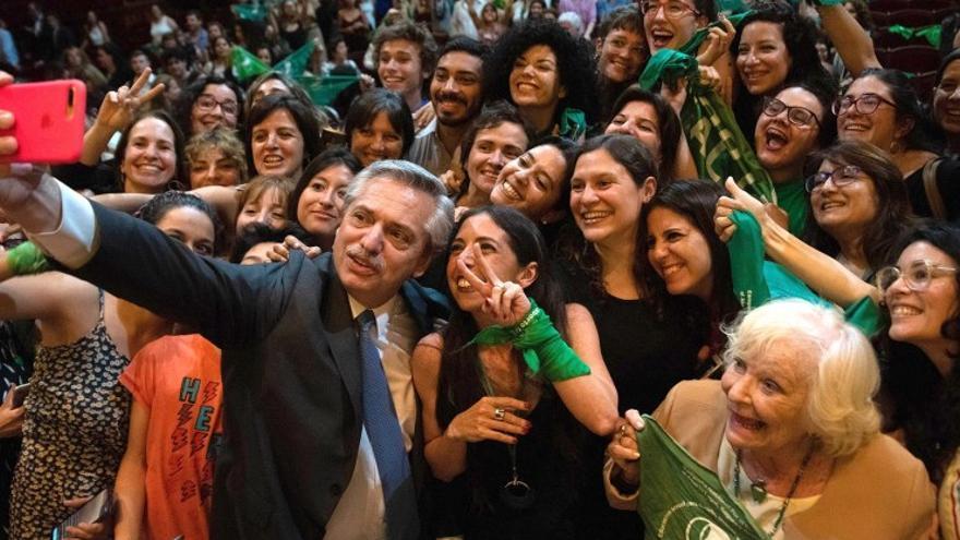 Alberto Fernández, con manifestantes en favor del aborto legal.