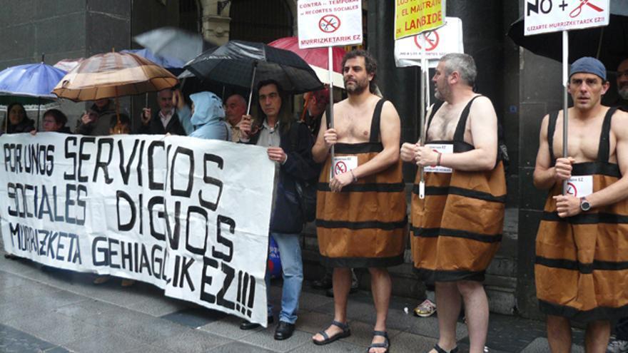Colectivos sociales protestan en Sabin Etxea contra los recortes del Gobierno vasco
