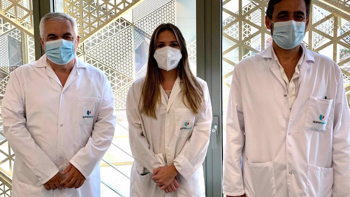 El jefe de servicio de Pediatría, Francisco Javier Baena (izda.), la doctora Sara Copete, y el jefe de servicio de Reumatología, Manuel Romero.