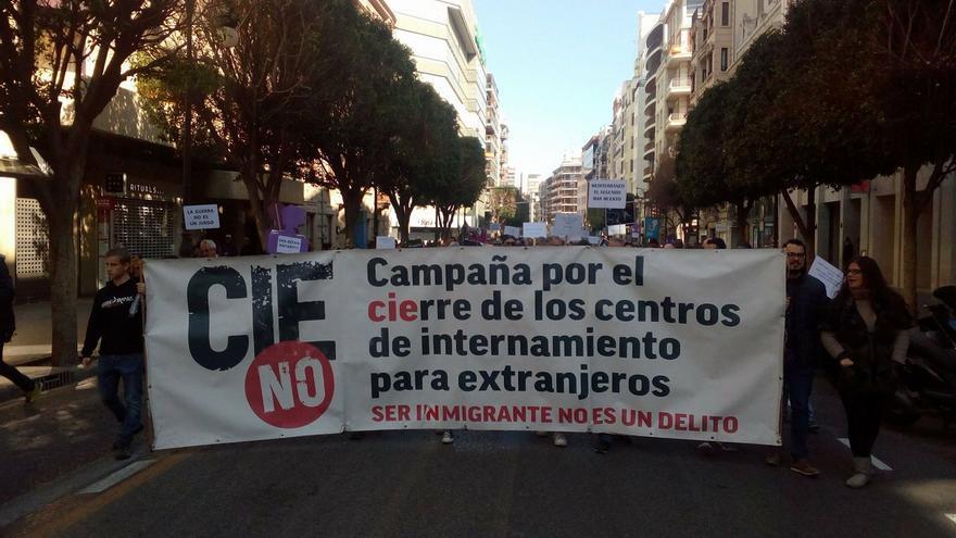 Miembros del movimiento CIEsNo durante una manifestación en Valencia