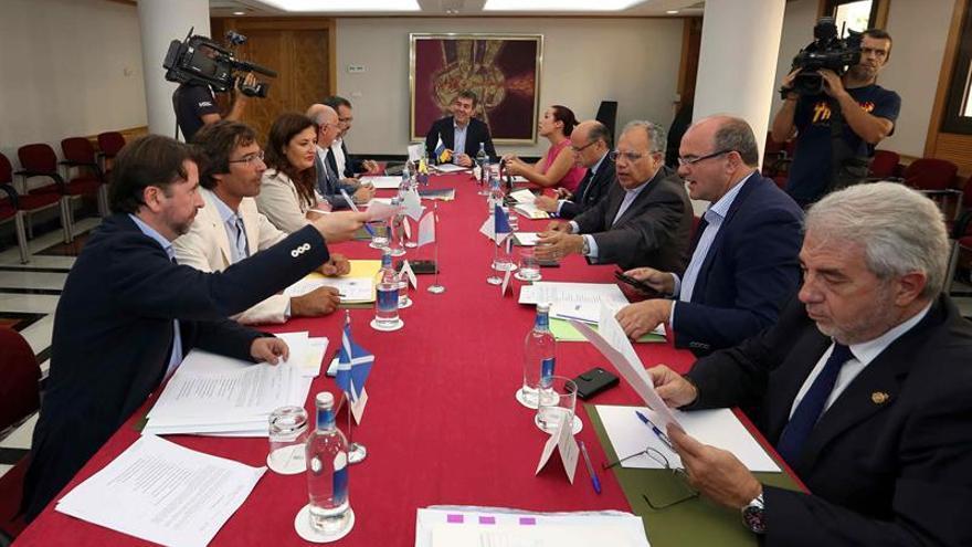 El presidente y la vicepresidenta del Gobierno de Canarias, Fernando Clavijo (c), y Patricia Hernández (centro dcha), asistieron a la reunión de la asamblea de la Federación Canaria de Islas (Fecai), celebrada en Las Palmas de Gran Canaria. (Efe/Elvira Urquijo A.).